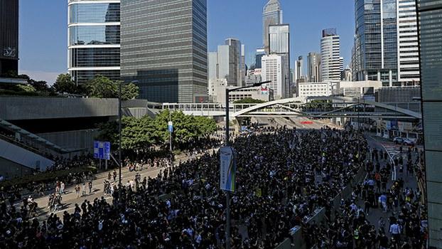 2019年8月5日,香港民众再次上街游行。图为在香港立法会附近聚集的民众。(美联社)