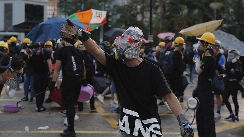 2019年8月5日,香港民众再次上街游行。图为一名手持砖头的抗议者。(美联社)