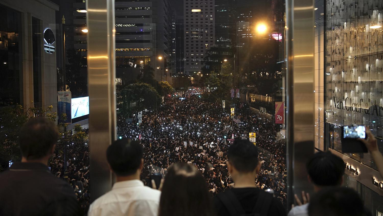 香港民众2019年10月14日在中环街头抗议(美联社)