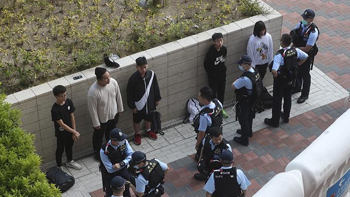 2020年1月24日,警察在香港一座高铁站拘捕抗议民众。(美联社)