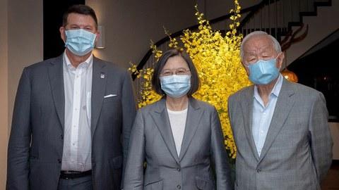 2020年9月18日,台湾总统蔡英文在官邸宴请美国国务院次卿克拉奇(左),台积电创办人张忠谋(右)作陪。(总统府提供)