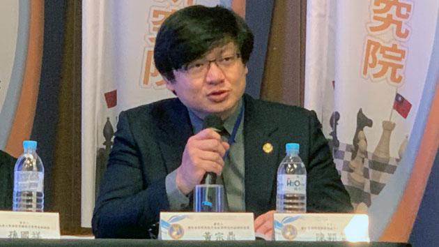 """台湾国防安全研究院中共政军研究所助理研究员黄宗鼎提出""""一国两制台湾方案""""之统战意涵报告。(记者 黄春梅摄)"""
