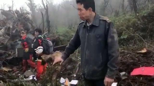 黑鹰直升机坠毁现场,搜救人员抢救中。(搜救段提供)