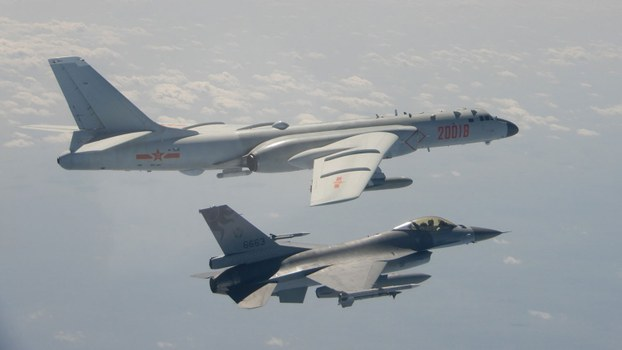 资料图片:解放军轰6(左)等型军机2020年2月10日再次执行远海长航训练,期间曾短暂逾越海峡中线,国军F-16(右)战机挂载实弹监控共军轰6。(法新社/台湾国防部)