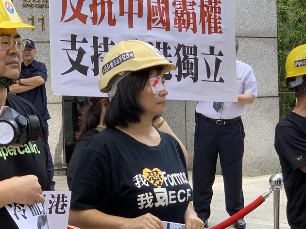 台联组织部主任周倪安以戴眼罩方式抗议港警施暴。(记者 黄春梅摄)