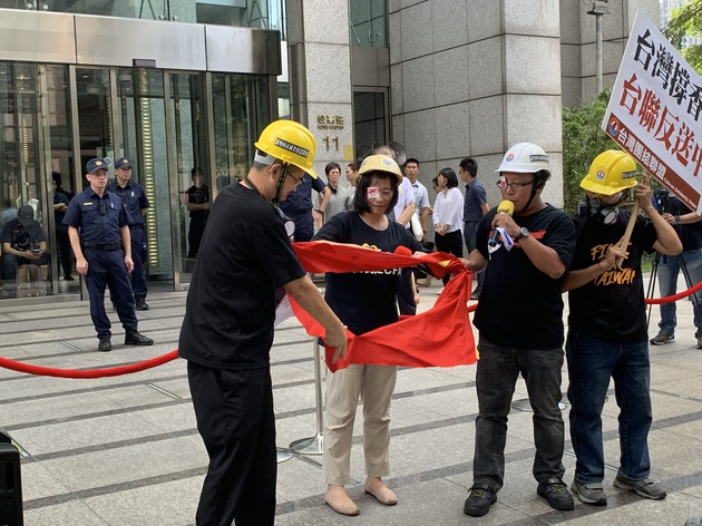 台联与郭宝胜联手撕毁五星旗。(记者 黄春梅摄)