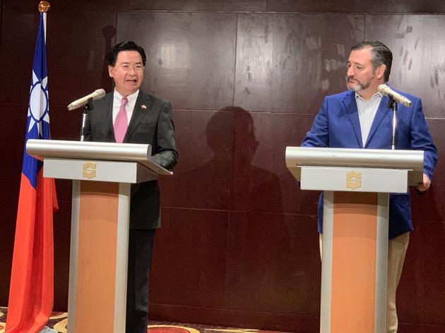 2019年10月9日,美国联邦参议员克鲁兹(Ted Cruz)抵台访问,台湾外交部长吴钊燮与克鲁兹共同召开记者会。(记者 黄春梅摄)