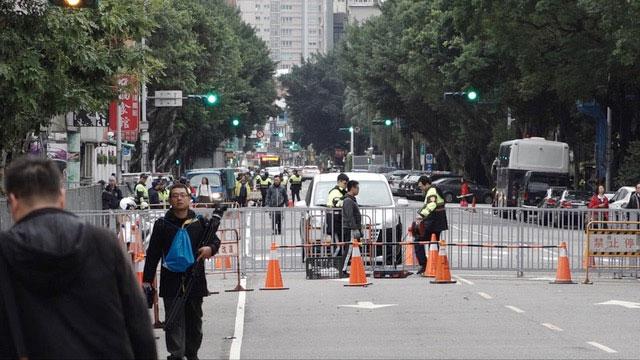 立法院外警力重兵部署,并架起双层铁架阻隔抗议团体。(记者 陈明忠摄)