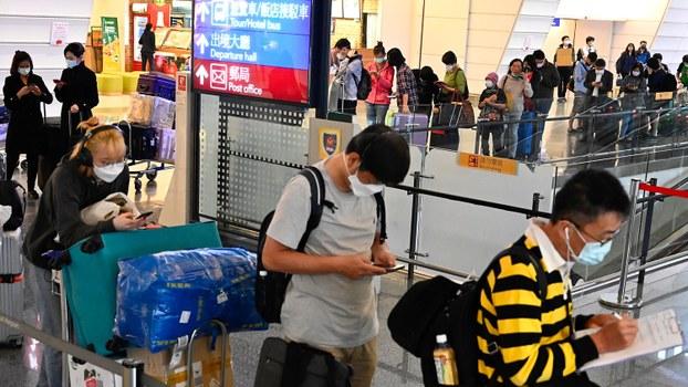 湖北即将解封,滞留湖北台人可自行返台。图为,2020年3月19日,乘客抵达台湾桃园机场。(法新社)