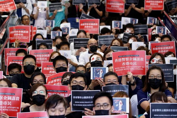 2019年8月13日,香港伊丽莎白女王医院集体静坐,抗议港警打伤民众。(路透社)