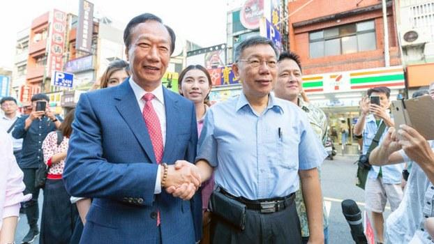 郭台铭与柯文哲赴新竹城隍庙祭拜。(台湾民众党提供)