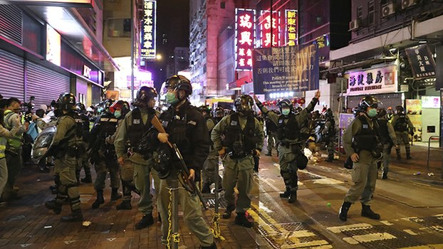 2020年1月27日,香港警察在旺角向抗议民众发出警告。(美联社)