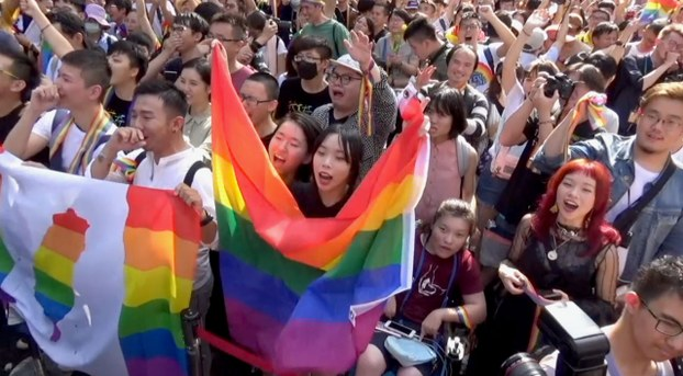 台湾民众聚集在立法院外,等候通过《同性婚姻专法》。(记者夏小华摄影)