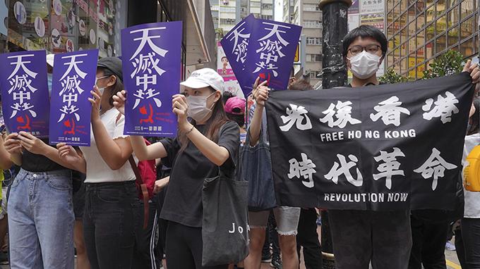 2020年5月24日,香港民众在街道上抗议示威。(美联社)