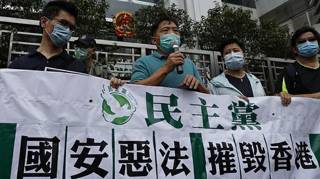 2020年5月22日,香港民众在中联办大楼前抗议港版国安法。(美联社)