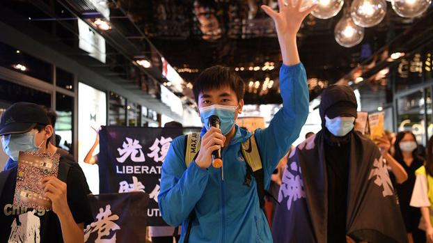 2020年6月12日,支持民主的抗议者在香港举旗示威。(路透社)