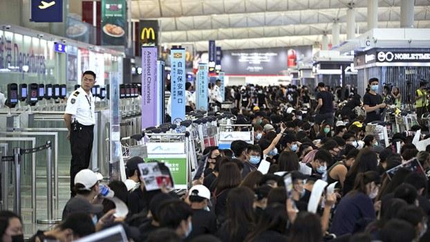 """2019年8月13日,香港的""""反送中""""运动使机场瘫痪。(美联社)"""