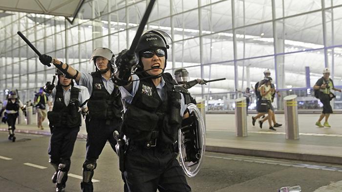 """在""""反送中""""行动中,警民冲突升级。(美联社)"""