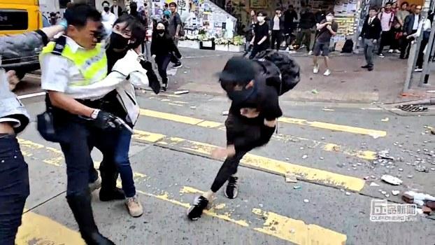 2019年11月11日上午,香港警察实弹射击一名年轻男子。(路透社)