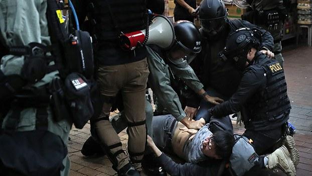 2019年12月25日,香港警察逮捕一名抗议者。(美联社)