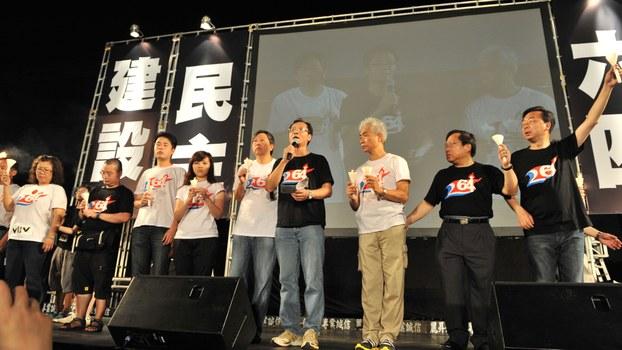 支联会副主席蔡耀昌(手持麦克风者)在六四晚会发言。 (蔡耀昌提供,摄于2011年)