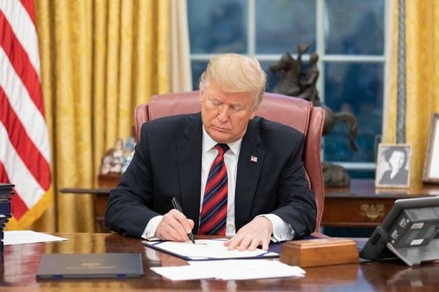 美国总统特朗普签署《亚洲再保证倡议法》(Asia Reassurance Initiative Act of 2018, ARIA)。(美联社)