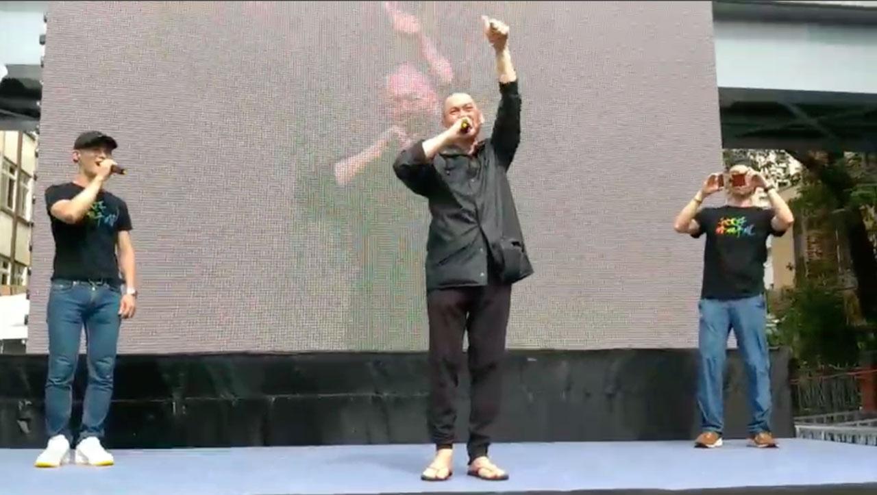 知名导演蔡明亮意外现身会场高喊台湾太棒了。(记者夏小华摄)
