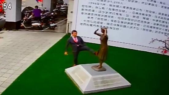 日本妇之真相国民运动组织代表藤井实彦脚踹台湾台南的慰安妇铜像(脸谱网截图)