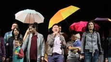 台湾同性恋家庭代表上台为自身争取婚姻合法的权益。(夏小华拍摄)