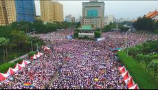 在台湾,主办单位估计25万名同性恋和支持者在世界人权日,塞爆总统府前,要求修改民法纳入同性婚姻。(主办单位提供)
