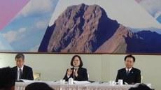 在台湾,总统蔡英文(中)、副总统陈建仁(左)、总统府秘书长吴钊燮(右)出席2017年终记者茶叙。(记者夏小华摄)