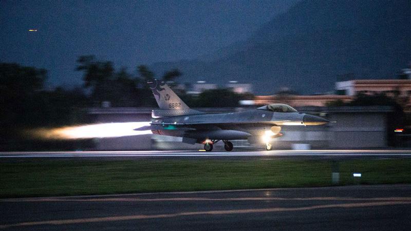空军第五战术混合联队F-16战斗机于清晨5点30分紧急升空,实施防空拦截演练。(国防部提供)