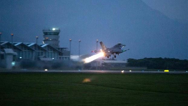 台湾空军第五战术混合联队F-16战斗机于24日清晨5点30分紧急升空,实施防空拦截演练。(国防部提供)