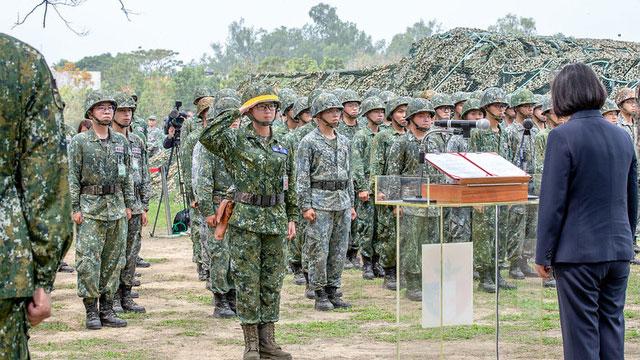总统蔡英文24日前往台南视察空军第一战术战斗机联队暨陆军步兵203旅,感谢军人协助政府防疫。(总统府提供)