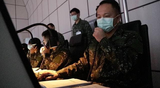 空作部官兵缜密掌握台湾周边空域动态,不让敌飞机越雷池一步。(国防部提供)