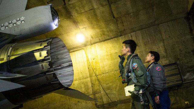 空军第五战术混合联队飞行员执行起飞前战机360度检查。(国防部提供)