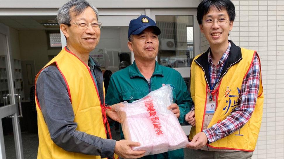 彰化县卫生局长叶彦伯(左一)2月16日收到邮差寄到彰化的口罩,非常高兴。(彰化县卫生局提供)