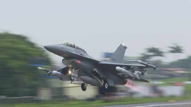 今年五月汉光演习战备跑道起降,改良升级F-16V首次亮相。(RFA资料照、记者李宗翰摄)