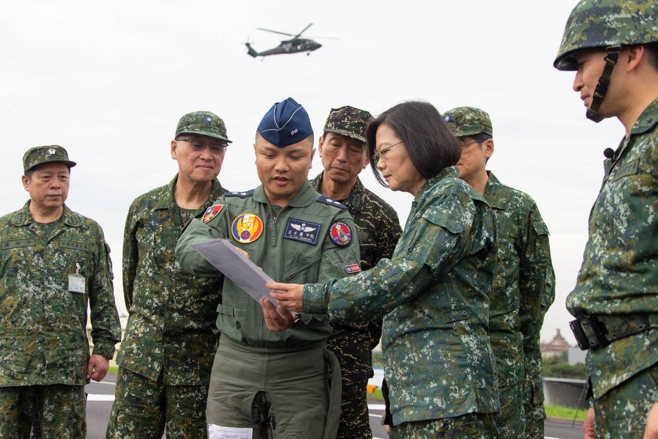 2019年5月28日,蔡英文视察汉光演习。(台湾军闻社提供)