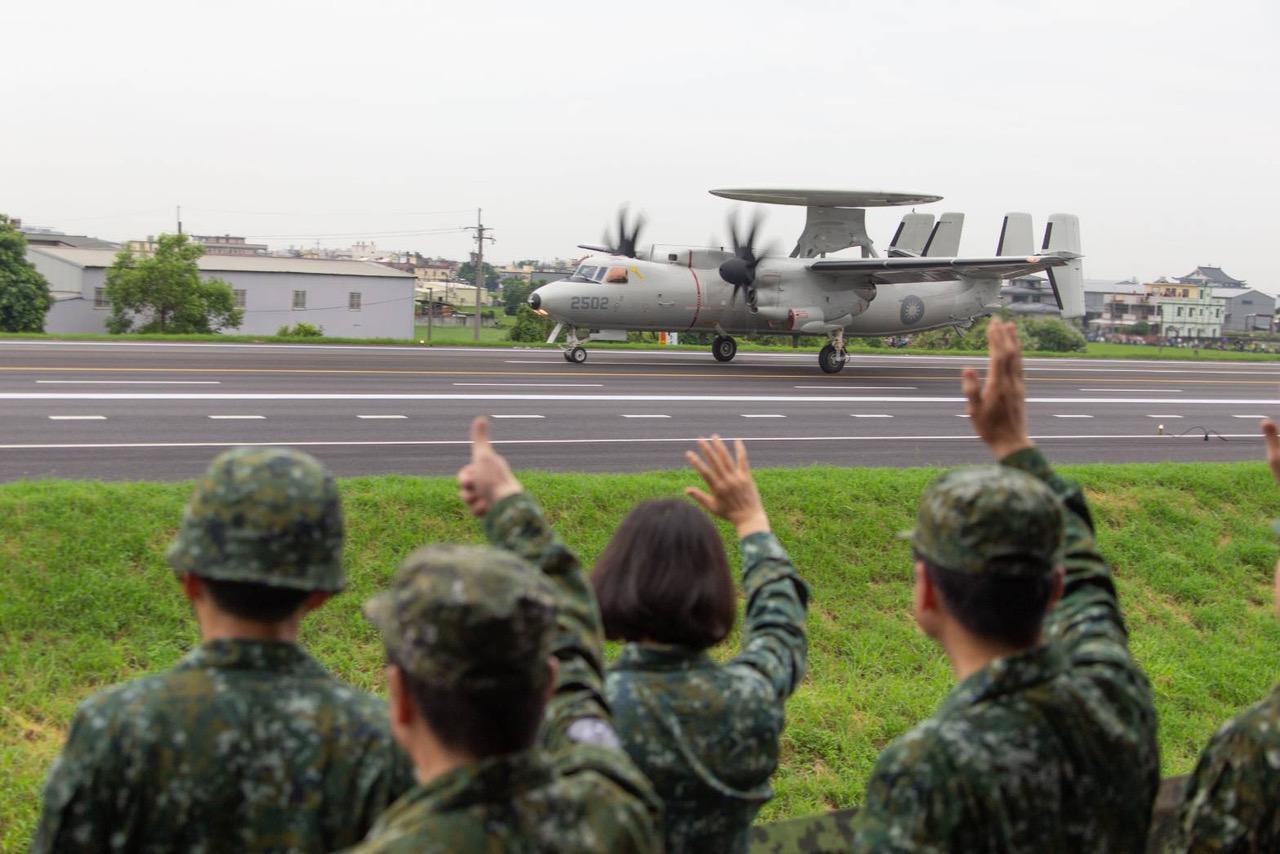 2019年5月28日,总统蔡英文视导彰化战备道起降。(军闻社提供)
