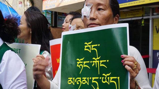 西藏妇女会8月31日在印度达兰萨拉遮右眼游行声援香港反送中行动。(西藏妇女会提供)