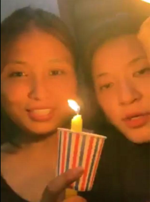 格桑卓玛(左一)和姐姐(右)参加德里的烛光集会声援香港反送中。(格桑卓玛提供)