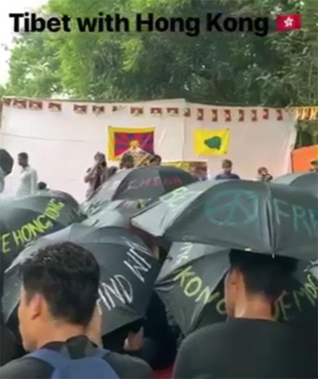 百名西藏大学生8月30日在印度德里举黑伞为香港反送中抗争者祈福。(格桑卓玛提供)