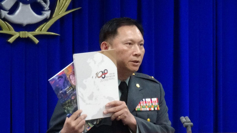 台湾国防部发言人史顺文说明2019国防报告书。(记者夏小华摄)