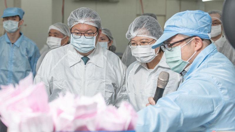 """台湾建立口罩生产线,宣布口罩单日可突破1千万片产量。蔡英文3月9日视察""""口罩国家队成员""""易廷企业有限公司。(总统府提供)"""