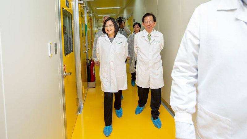 蔡英文2月20日视察疫苗研制情况,盼早日成功开发新冠病毒疫苗。(总统府提供)