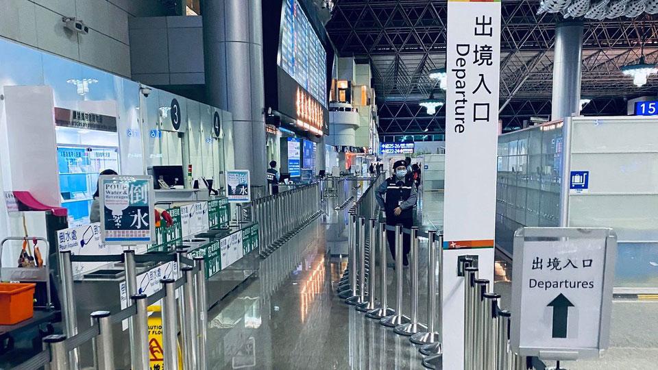 """受武汉肺炎疫情影响,台湾入出境人口骤减。图为3月16日晚间9点的桃园国际机场有如""""空城""""景象。(网民燕鹏提供)"""