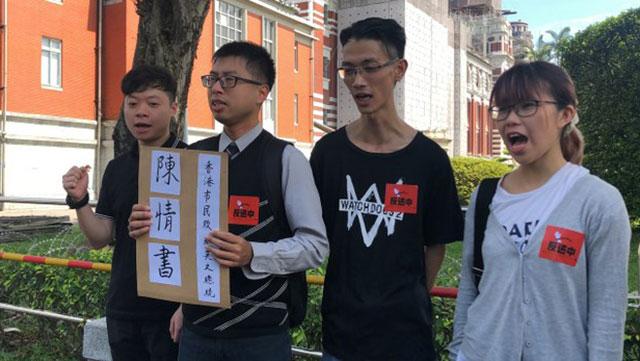 曾留学台湾的港生何泳彤(右)认为国安法过去一年已在香港实行。图为去年港人赴台向蔡英文陈情呼吁声援。(资料照、记者夏小华摄)