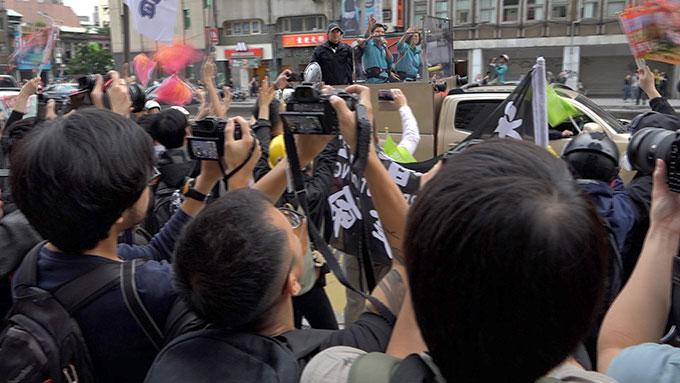 蔡英文一月大选前夕车队扫街,有上百位自香港赴台和在台港人在路上向她加油表达支持。(RFA资料照)