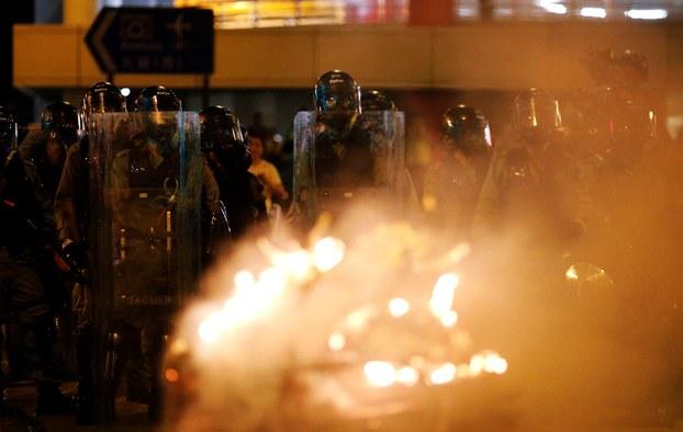 2019年7月28日,中央政府驻港联络处中联办附近,警察暴力驱散示威者。(路透社)